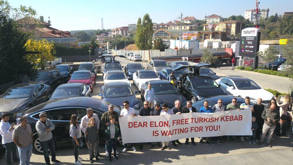 Баннер для Илона Маска от клуба владельцев электромобилей Tesla в Турции