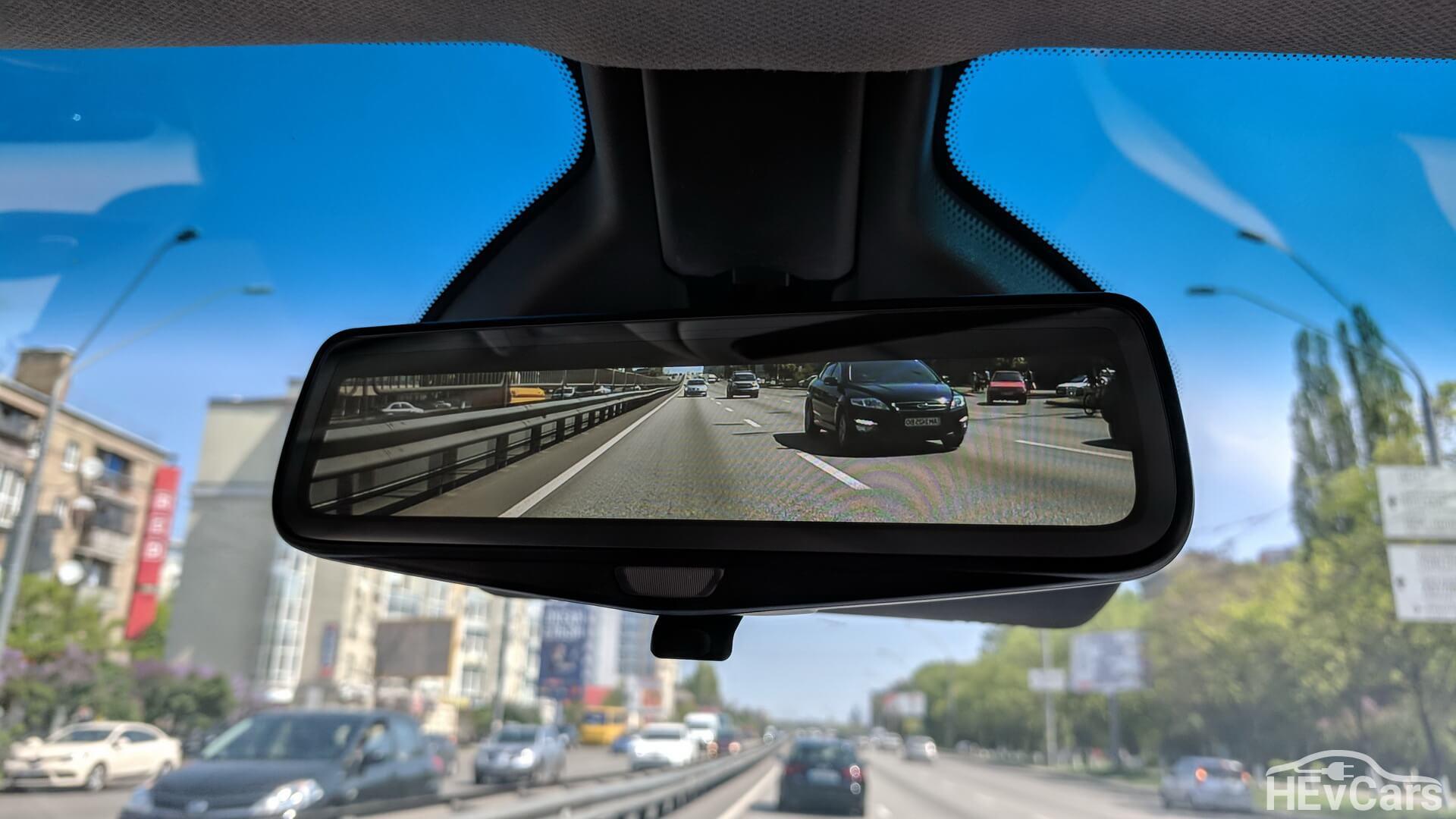Камера заднего вида встроена в обычное зеркало заднего обзора
