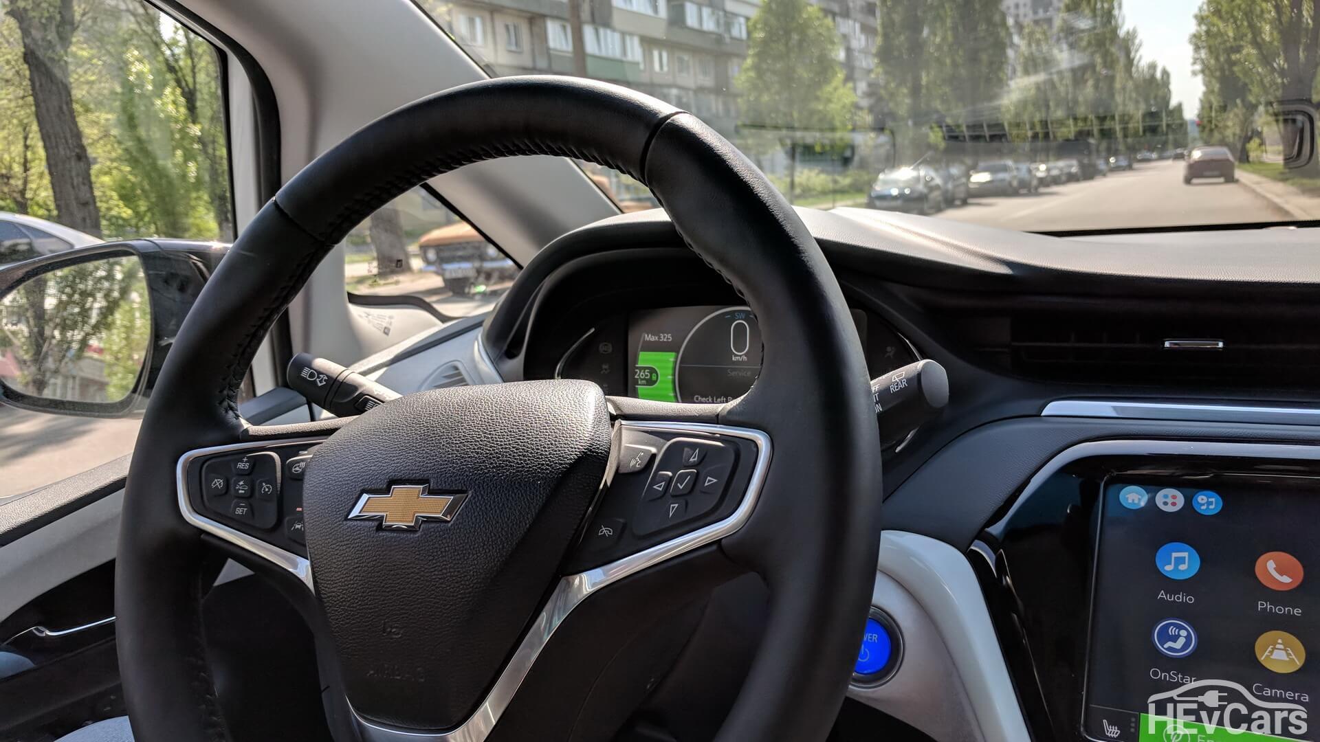 Рулевое колесо и органы управления на нем в Chevrolet Bolt