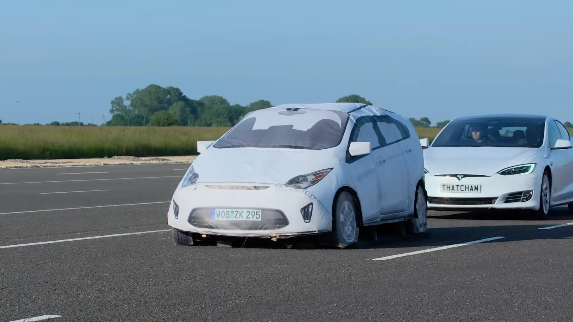 Тестирование автопилота Tesla, когда внезапно возникает неподвижный автомобиль