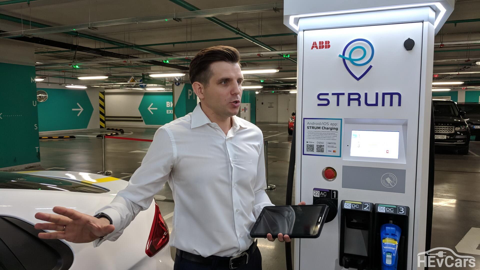 Игорь Ковалев на примере демонстрирует работу электрической станции STRUM