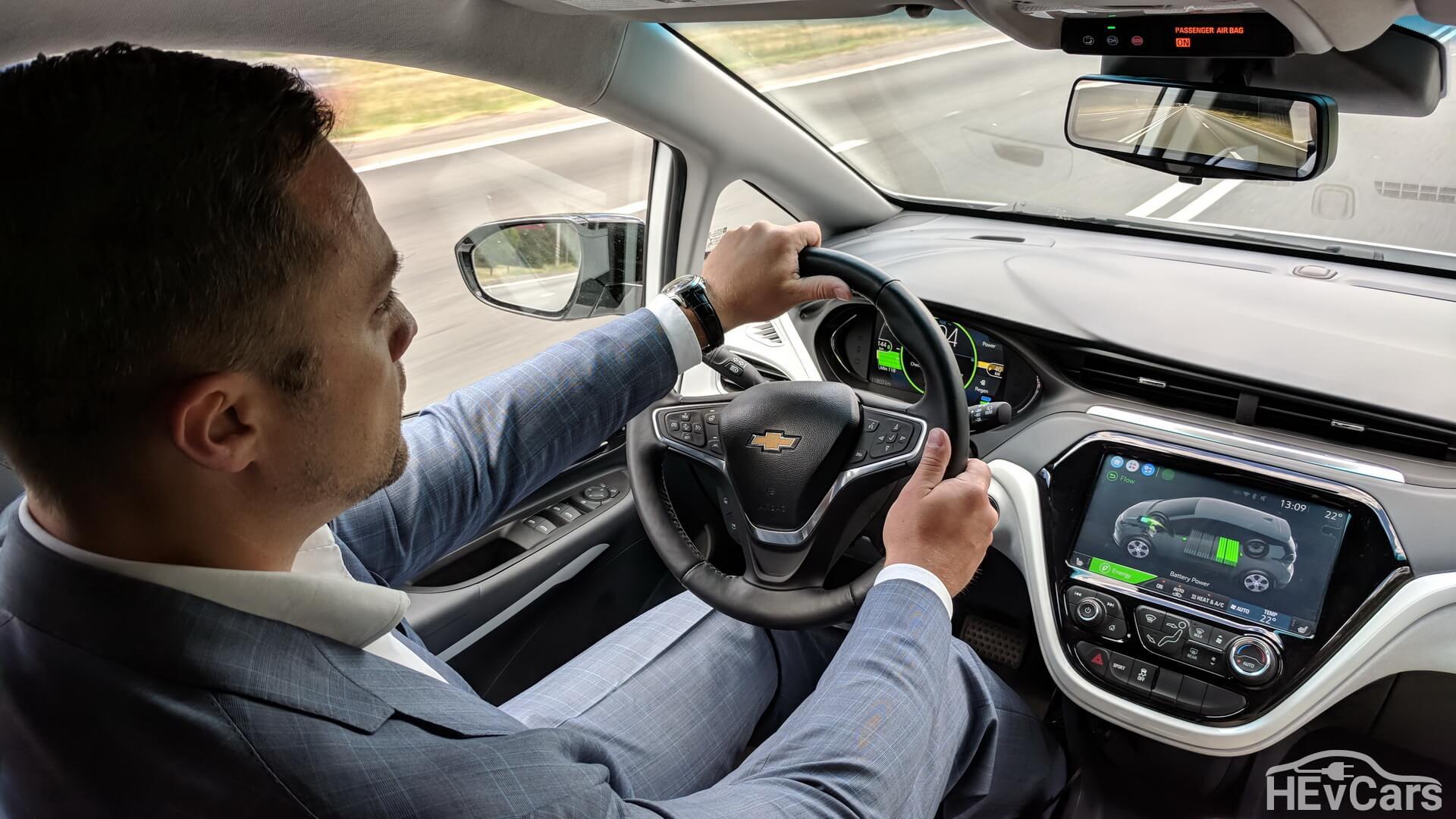 Максим Праздников во время тест-драйва Chevrolet Bolt
