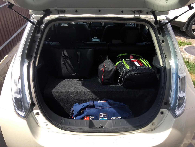 Багажник электромобиля Nissan Leaf с двумя батареями