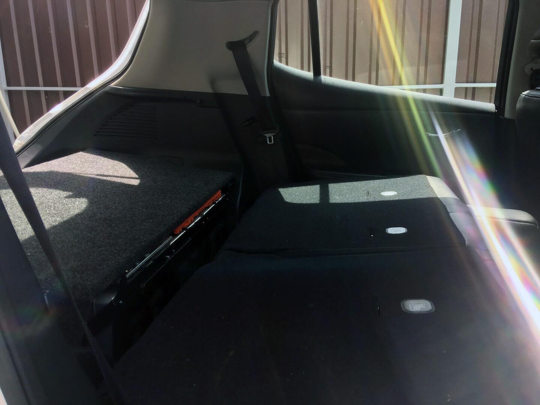 Вторая батареи и сложенный задний ряд сидений у Nissan Leaf