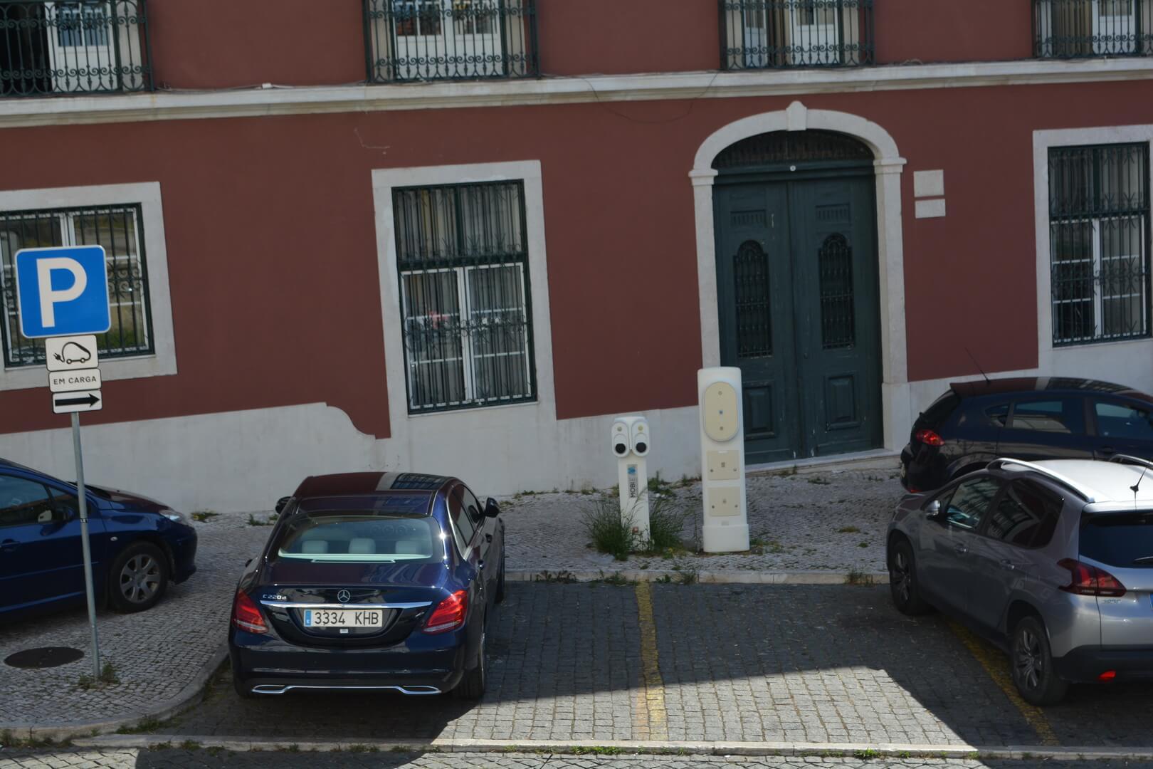Парковка бензиновых авто на местах для зарядки (Lisabon, Portugal)