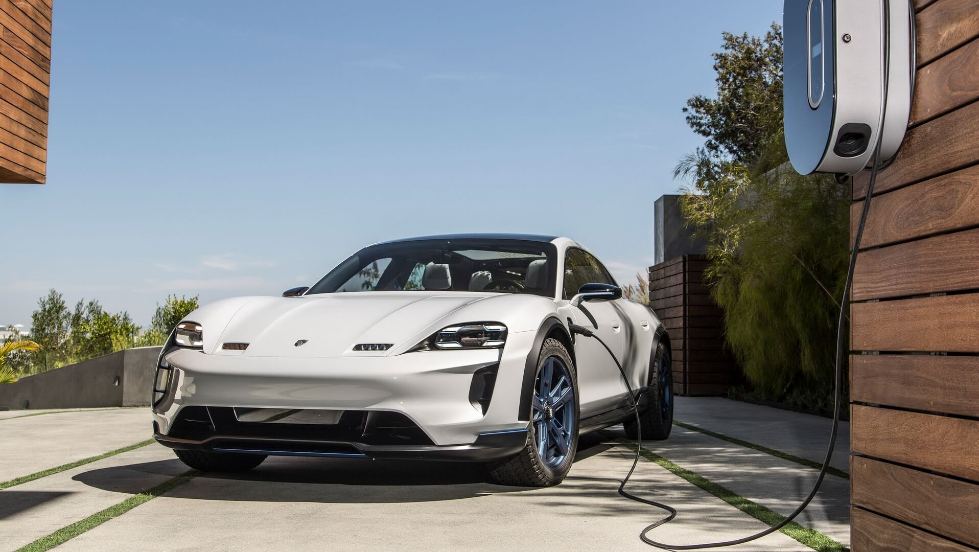 Porsche Mission E Cross Turismo на зарядке