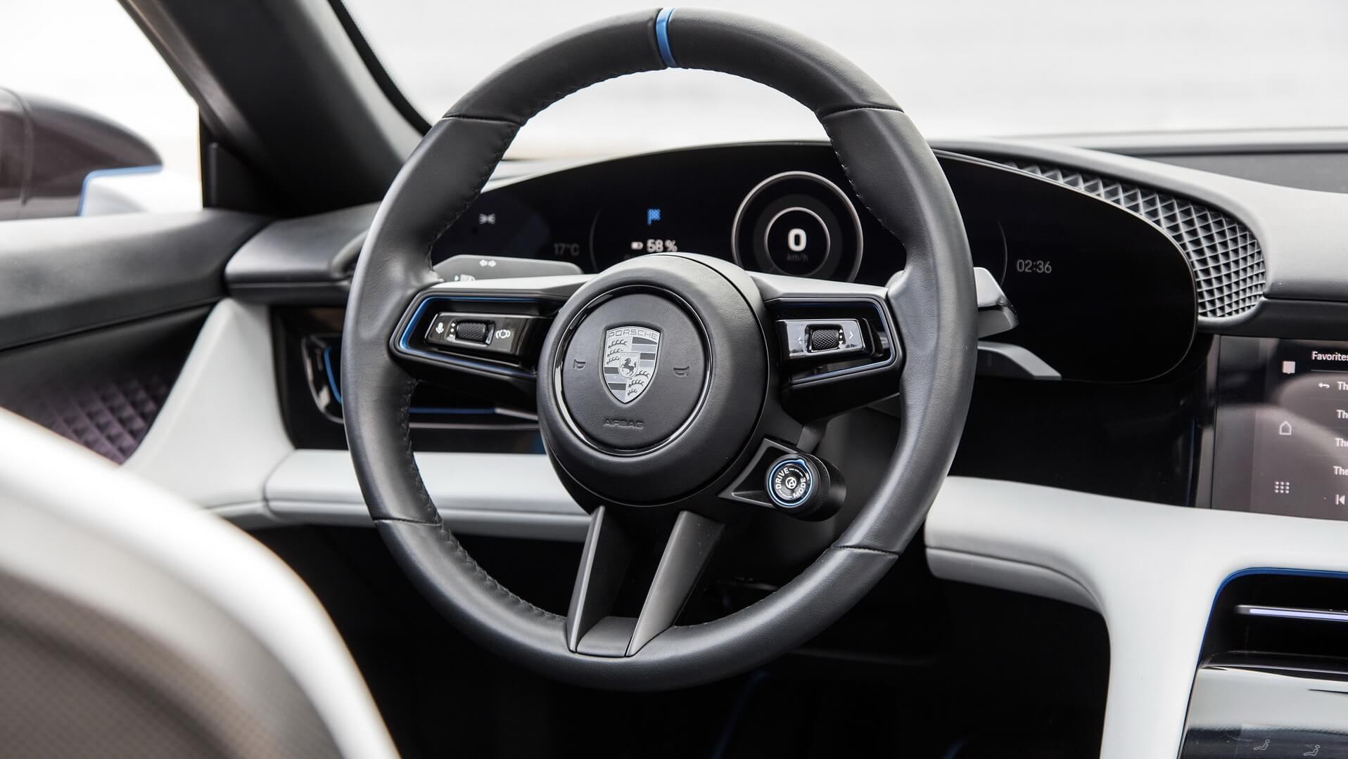 Приборная панель и руль Porsche Mission E Cross Turismo