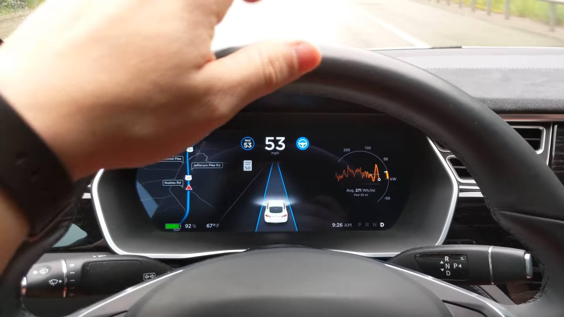 Tesla Аutopilot требует наличия рук на руле электромобиля