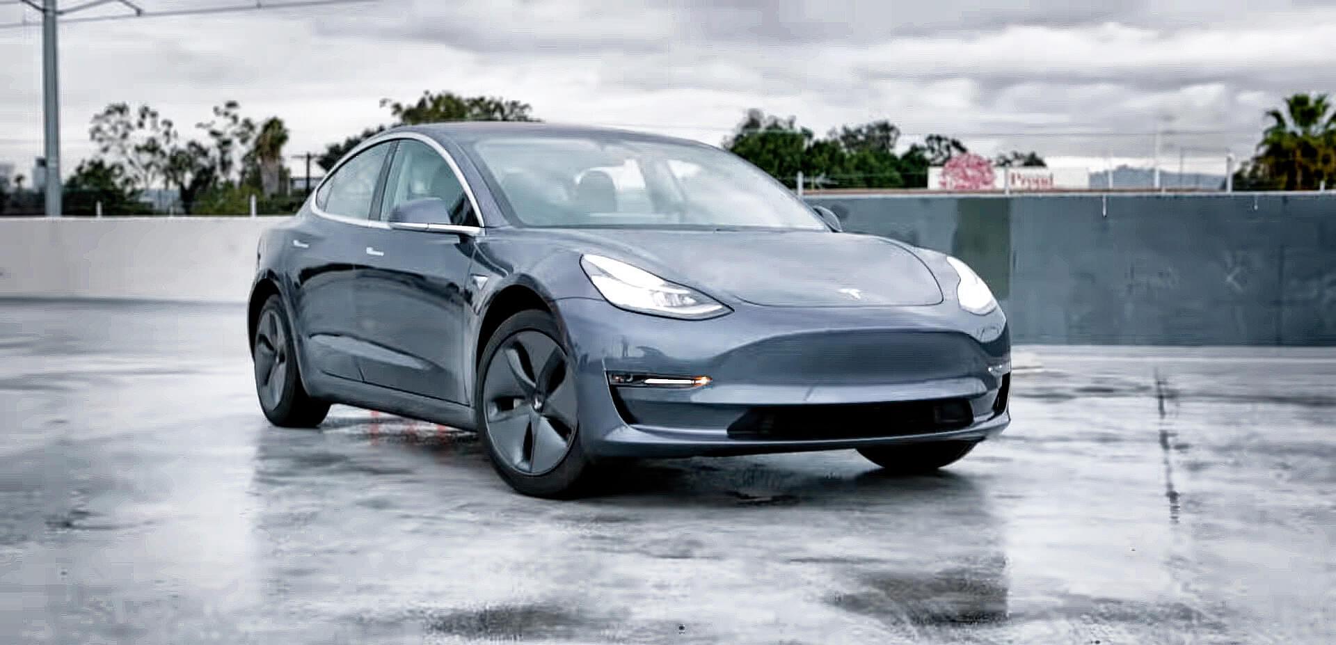 Лидер продаж электромобилей Tesla Model 3 в США