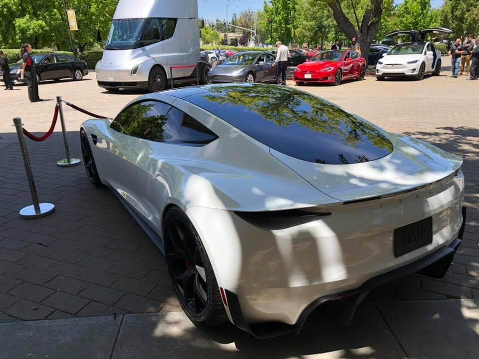 Прототип Tesla Roadster 2 в белом цвете