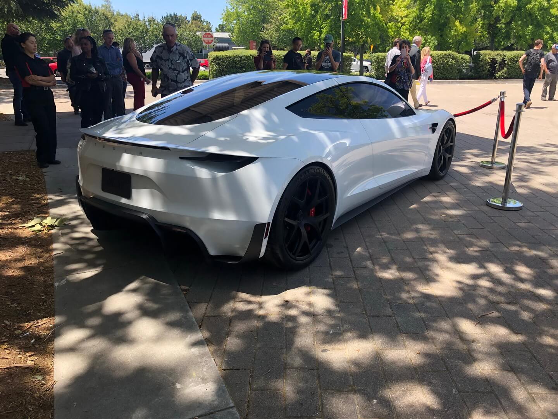 Прототип Tesla Roadster второго поколения в белом цвете