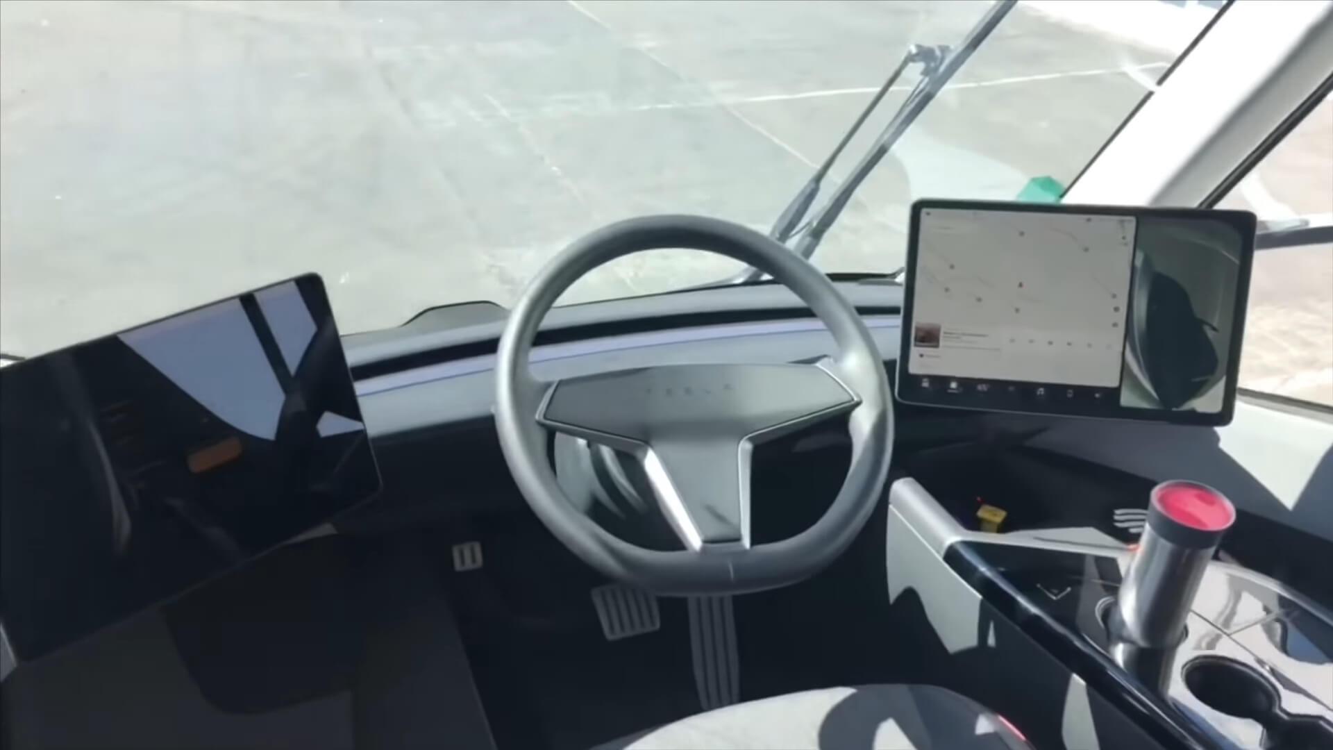 Водительское место с двумя мониторами в Tesla Semi