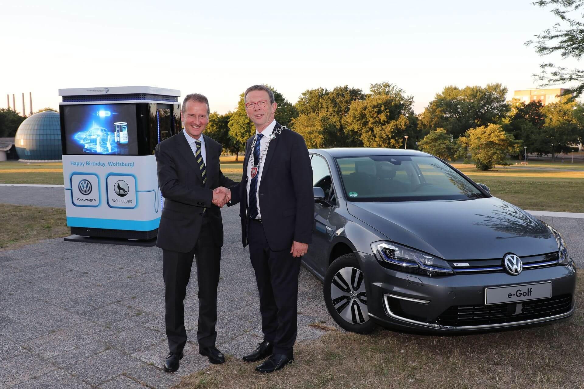 Вручение городу Вольфсбург 12специальных мобильных зарядных станций Volkswagen