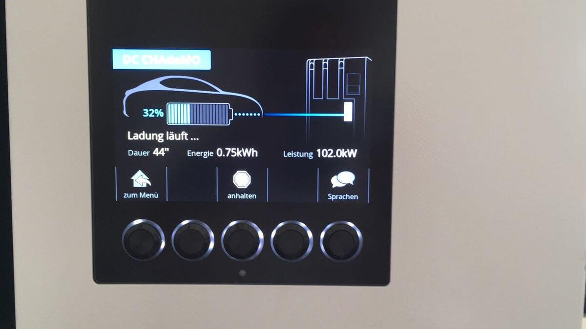 Nissan Leaf заряжается отбыстрого зарядного устройства CHAdeMO швейцарской компании EVTEC смощностью 102 кВт