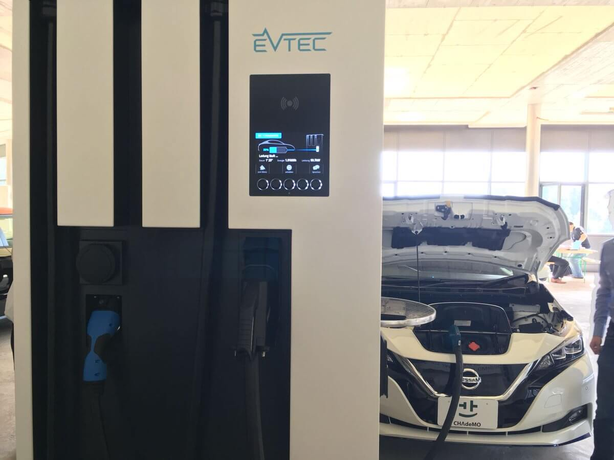 Nissan Leaf заряжается от быстрого зарядного устройства компании EVTEC мощностью 102 кВт