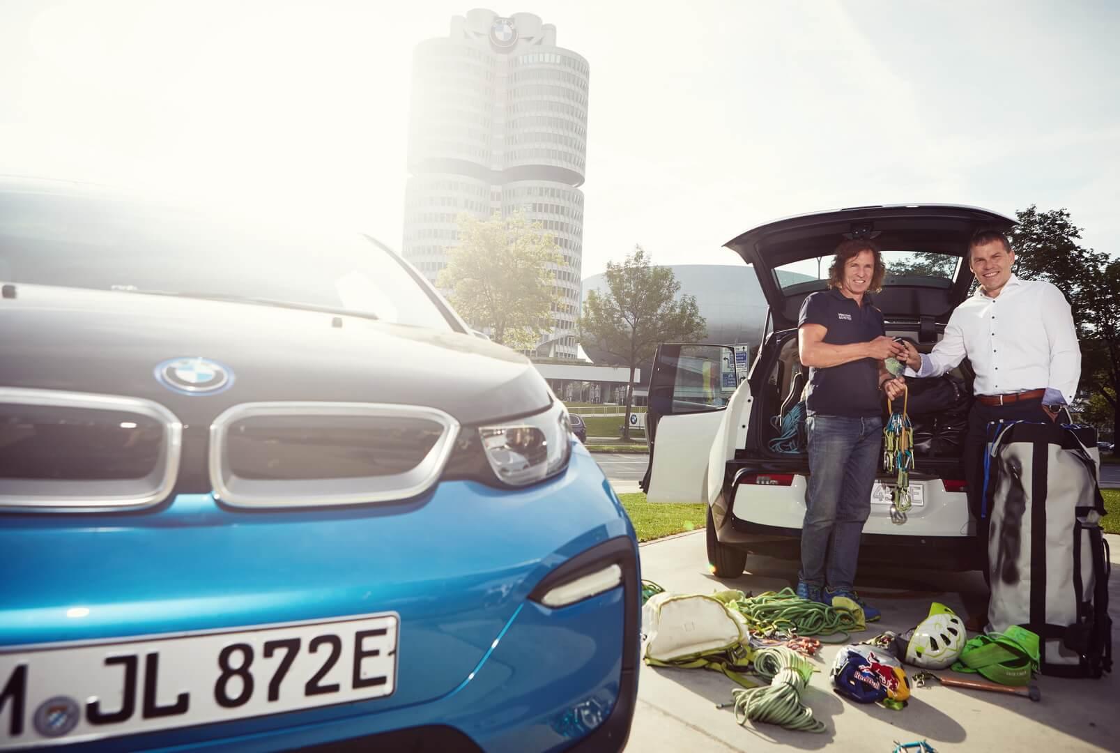 Роберт Ирлингер передал ключи отэлектромобилей BMW i3s авантюристам для участия втрехмесячной экспедиции «Отпобережья кпобережью»