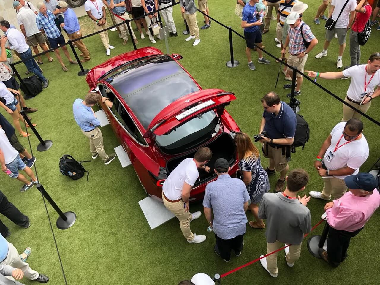 Стенд Tesla, особенно Model 3, оказался популярным среди участников Фестиваля скорости в Гудвуде