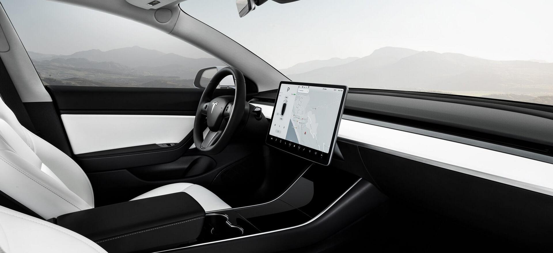 Приборная панель Tesla Model3 Performance с белым интерьером