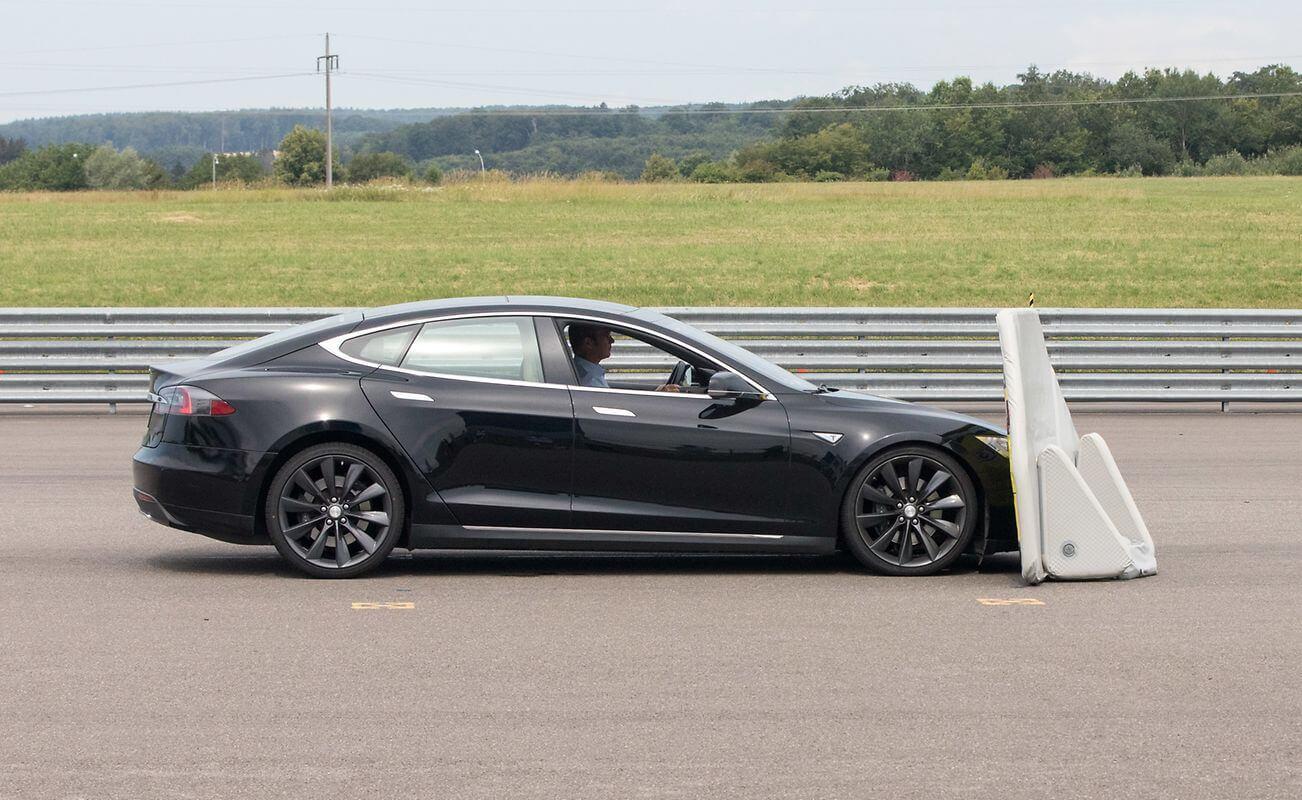 Испытание экстренного торможения Tesla Model S