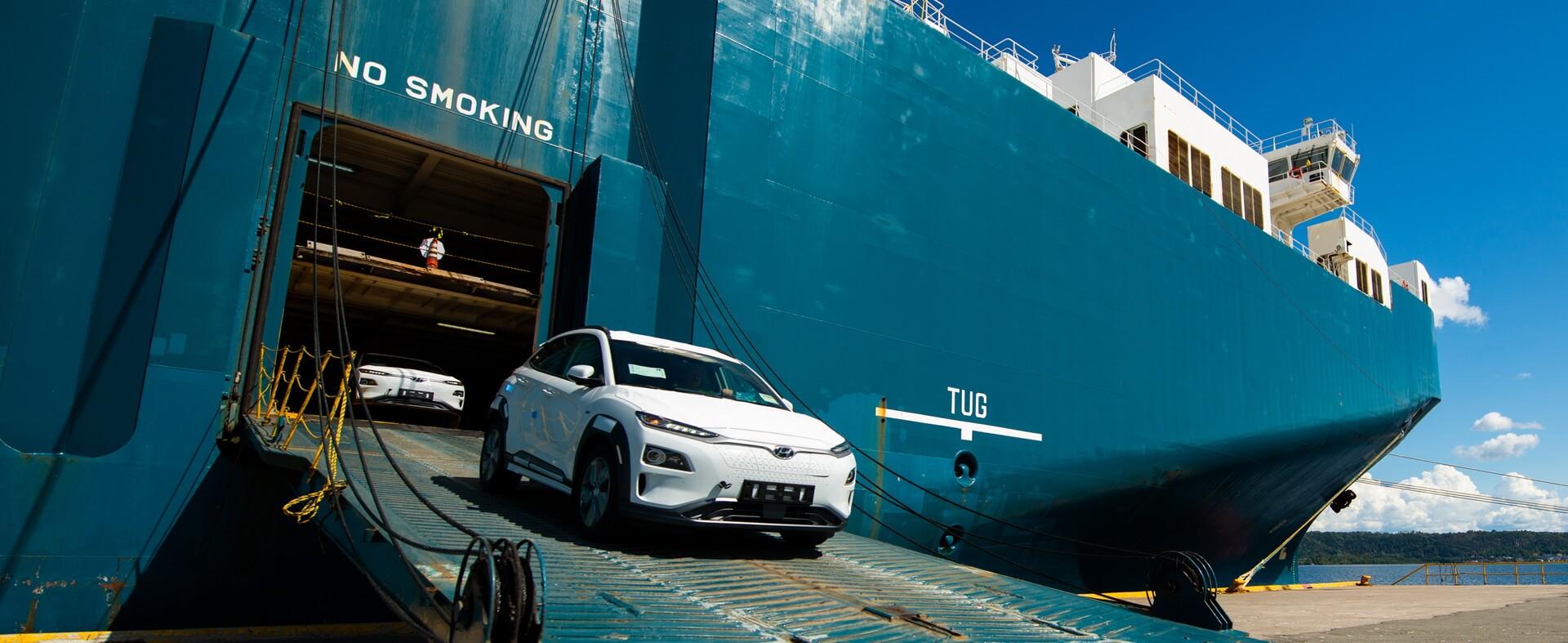 Hyundai Kona Electric выезжает с корабля в Норвежском порту