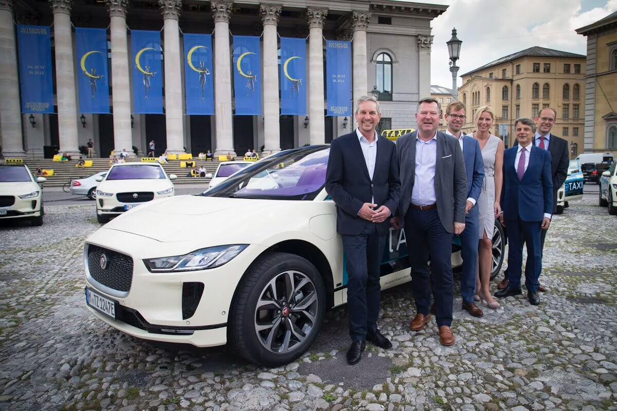 Электрический кроссовер Jaguar I-Pace в такси