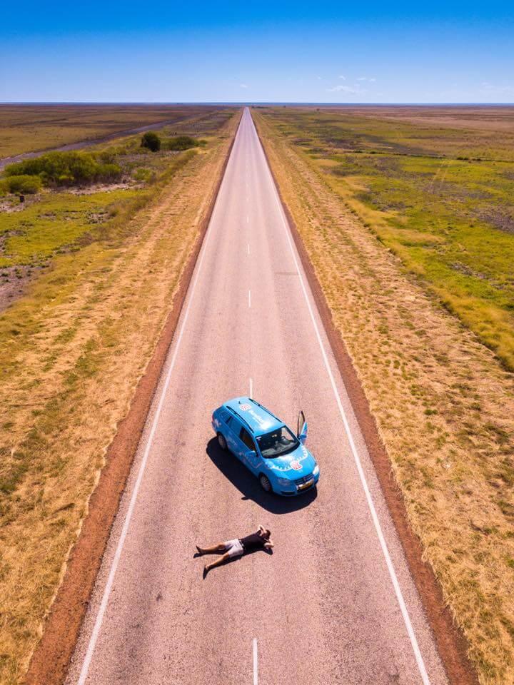 Вибе Ваккер со своим электромобилем Volkswagen Golf