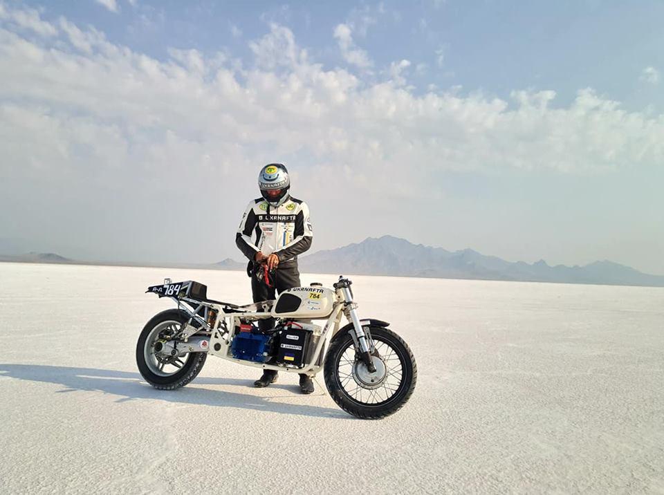Сергей Малик с электрическим мотоциклом «Днепр»