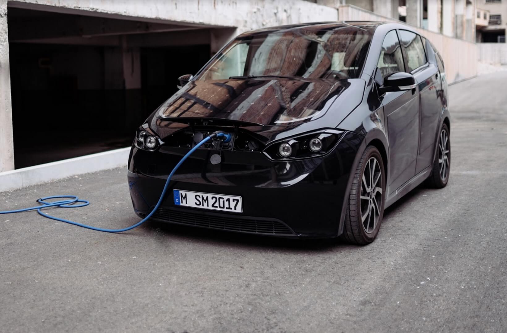 Электромобиль Sion насолнечных батареях на зарядке