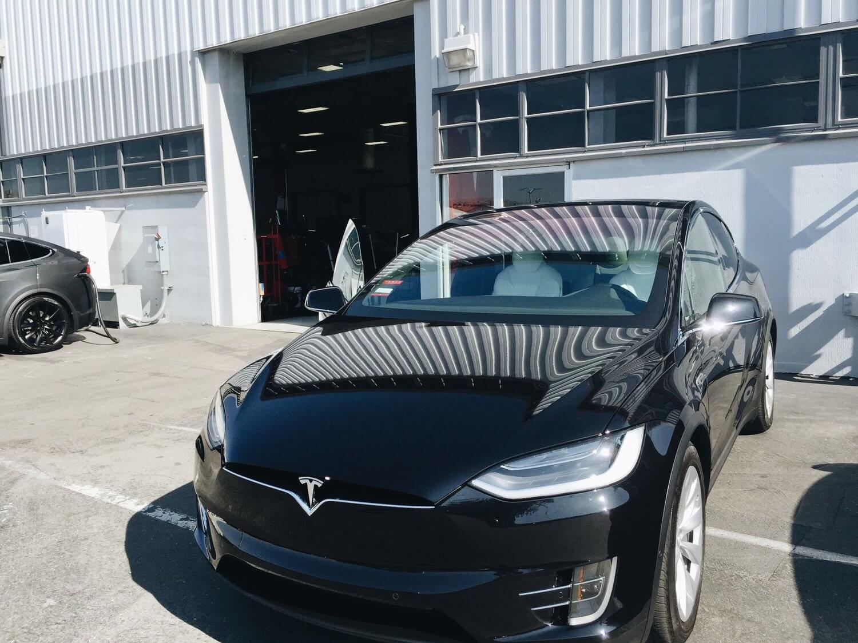 Каршеринговая Tesla Model X 90D, названная Deuxy («Doo-ee»)