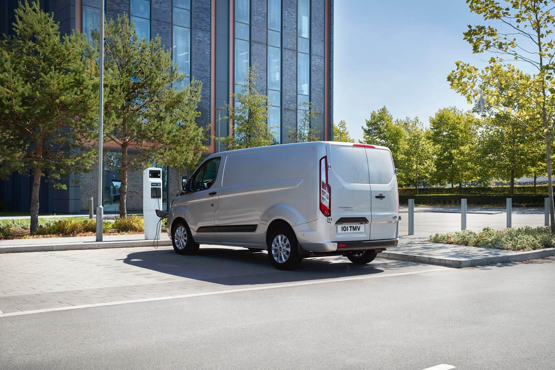 Ford Transit Custom PHEV на зарядке