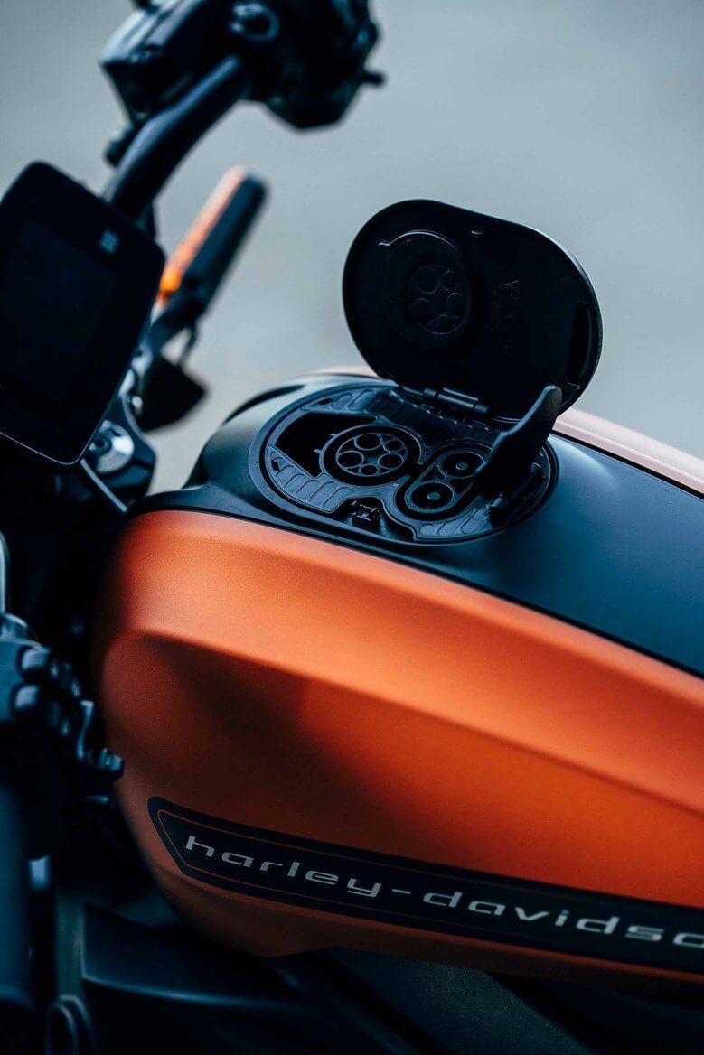 Разъем для зарядки CSS Combo 1 на баке Harley-Davidson LiveWire