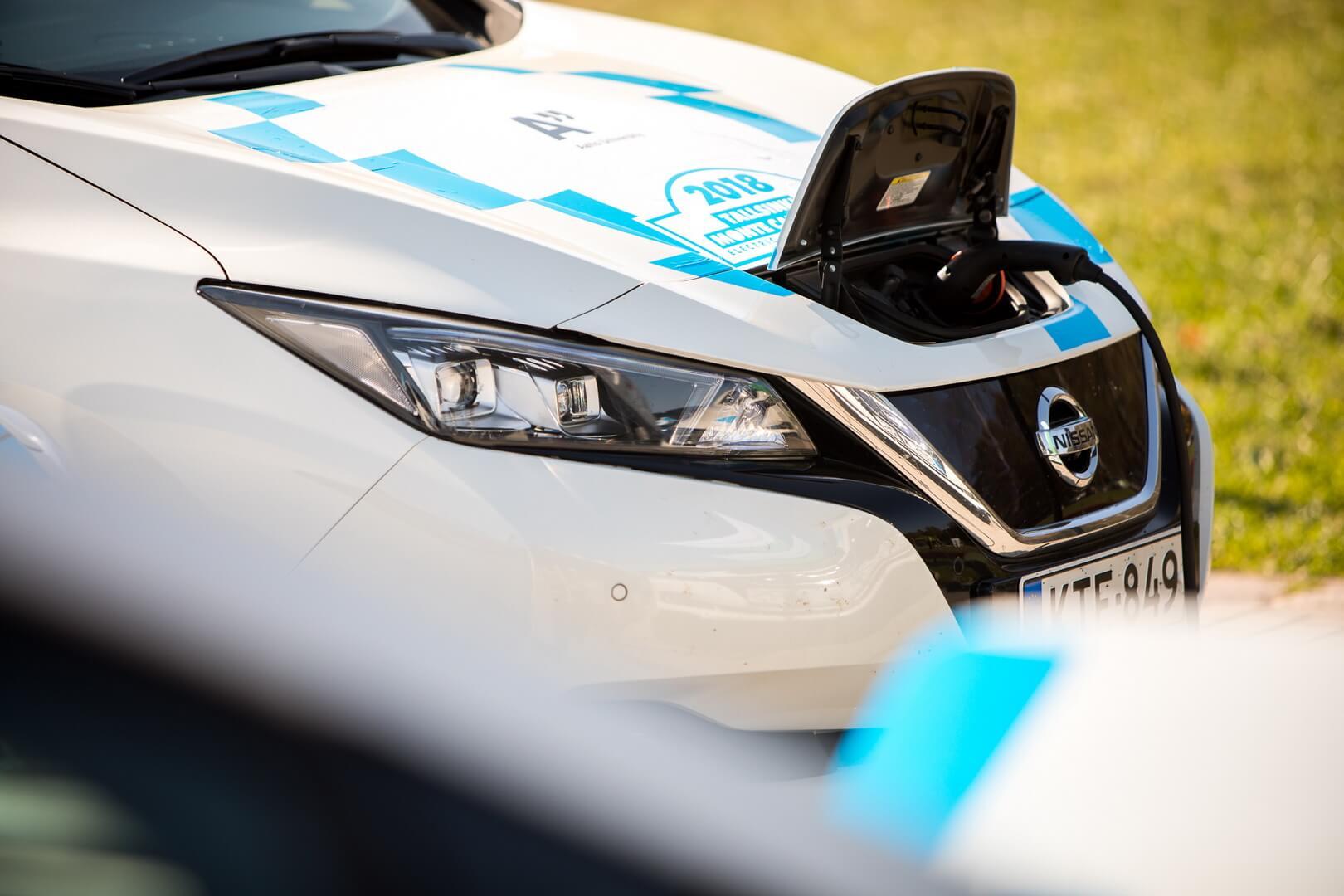 Электромобили Nissan leaf на зарядке