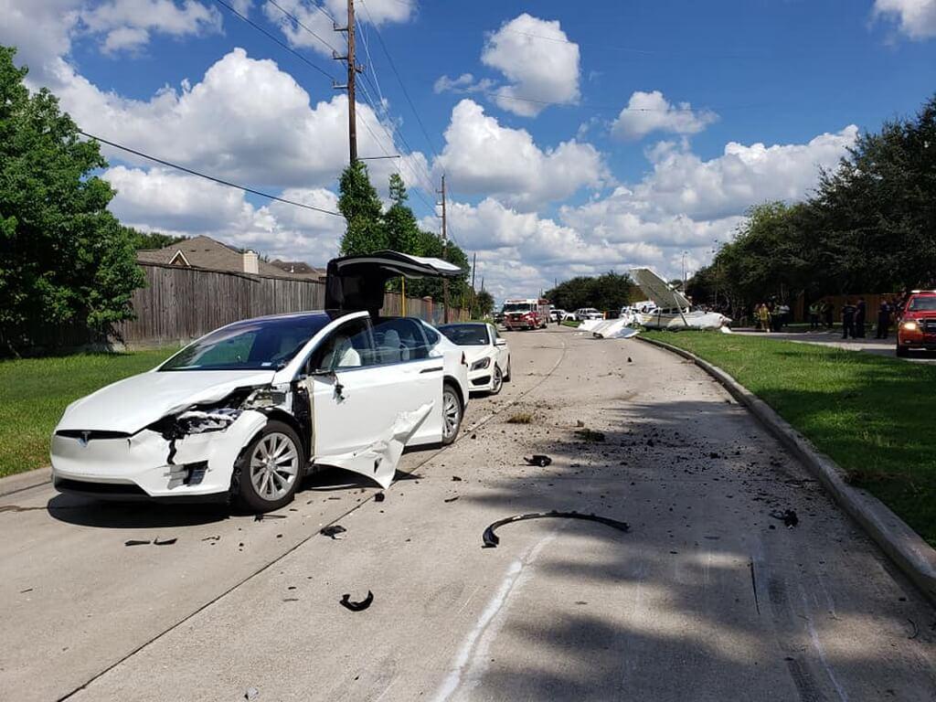 Tesla Model X после столкновения с самолетом