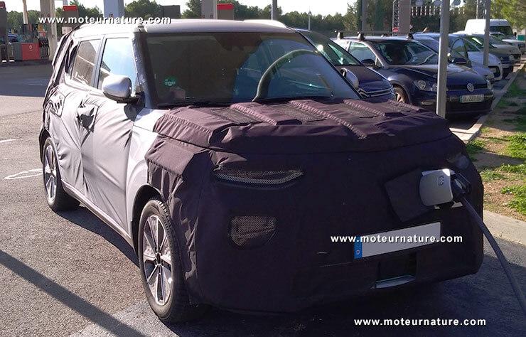 Новый Kia Soul EV замечен на зарядной станции во Франции
