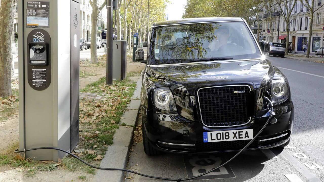 Электрические такси LEVCTX на зарядке