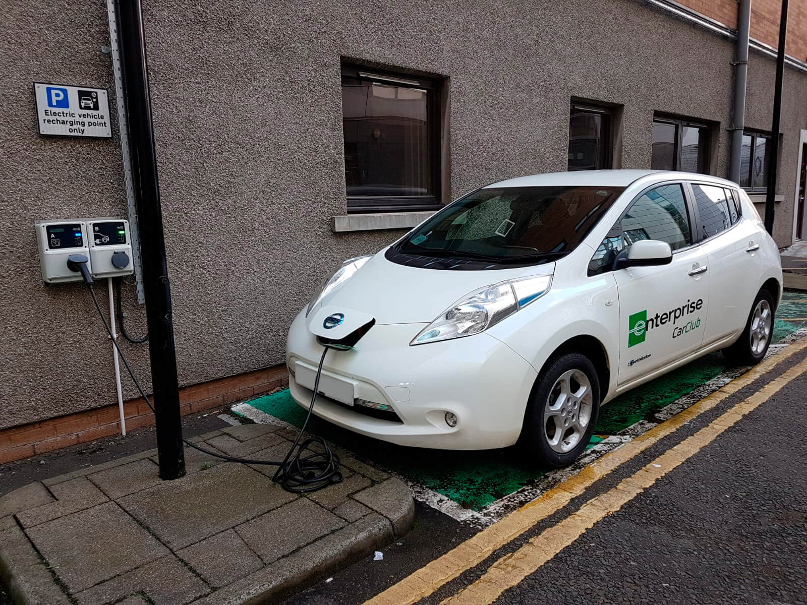 Nissan Leaf заряжается в специально отведенном месте