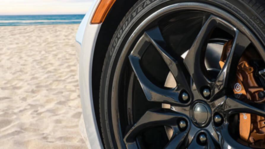 Колесные диски плагин-гибрида Revero Aliso с оранжевыми тормозными суппортами