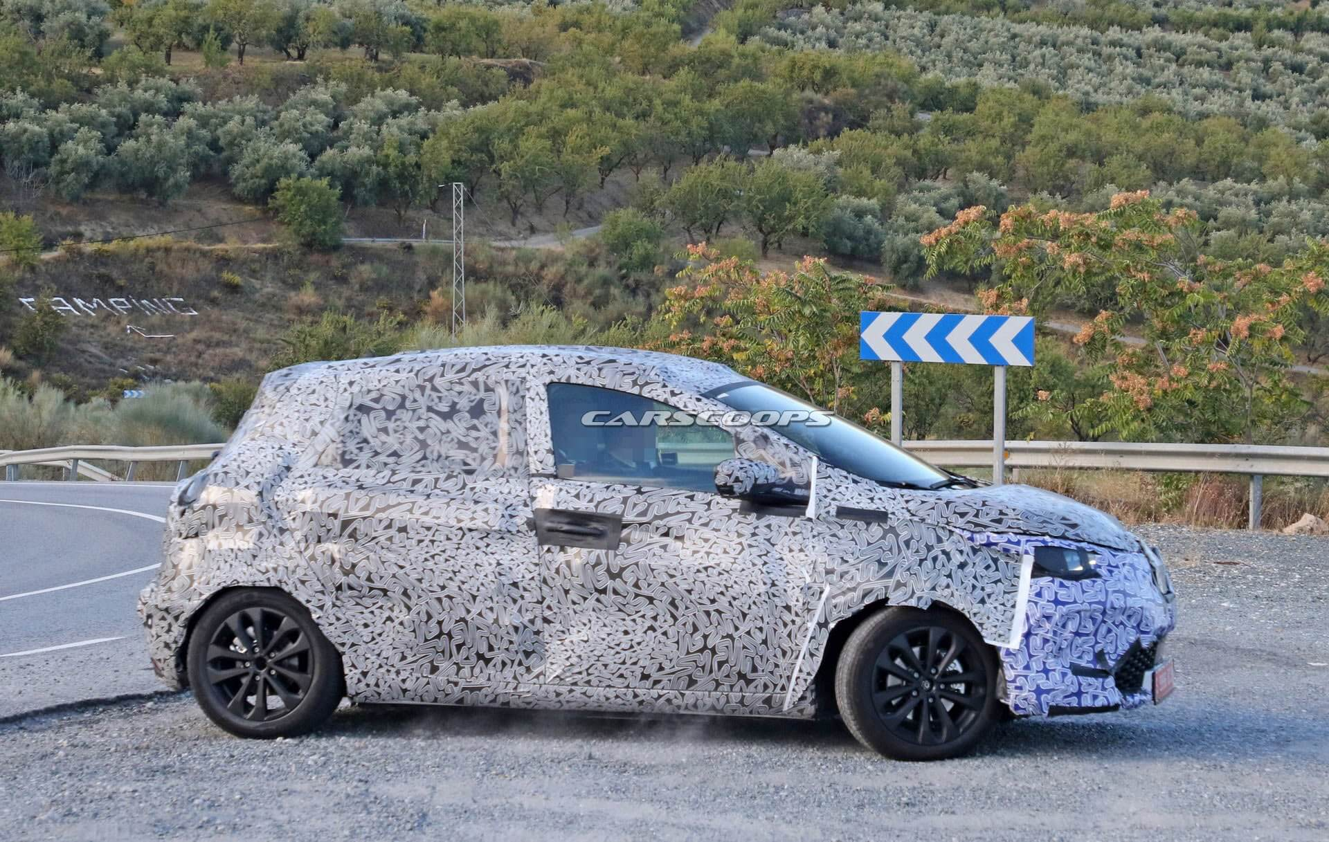 Шпионский снимок второго поколения Renault ZOE в камуфляже