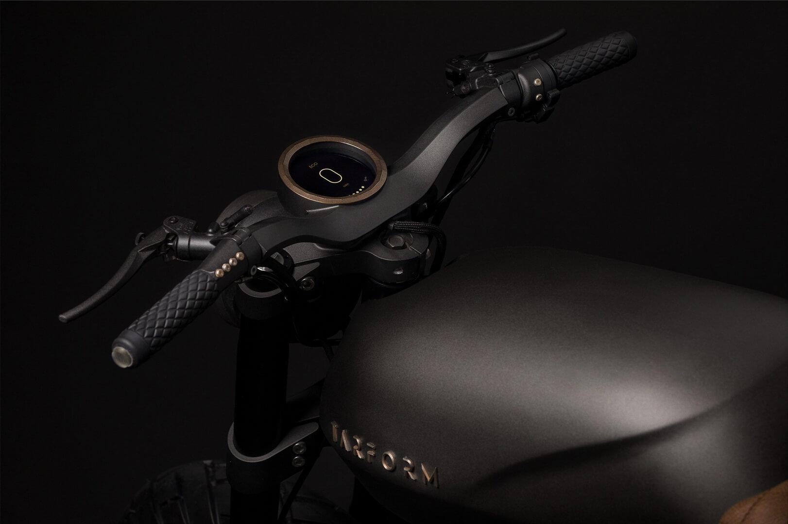 Электрический мотоцикл Tarform - руль и цифровой дисплей
