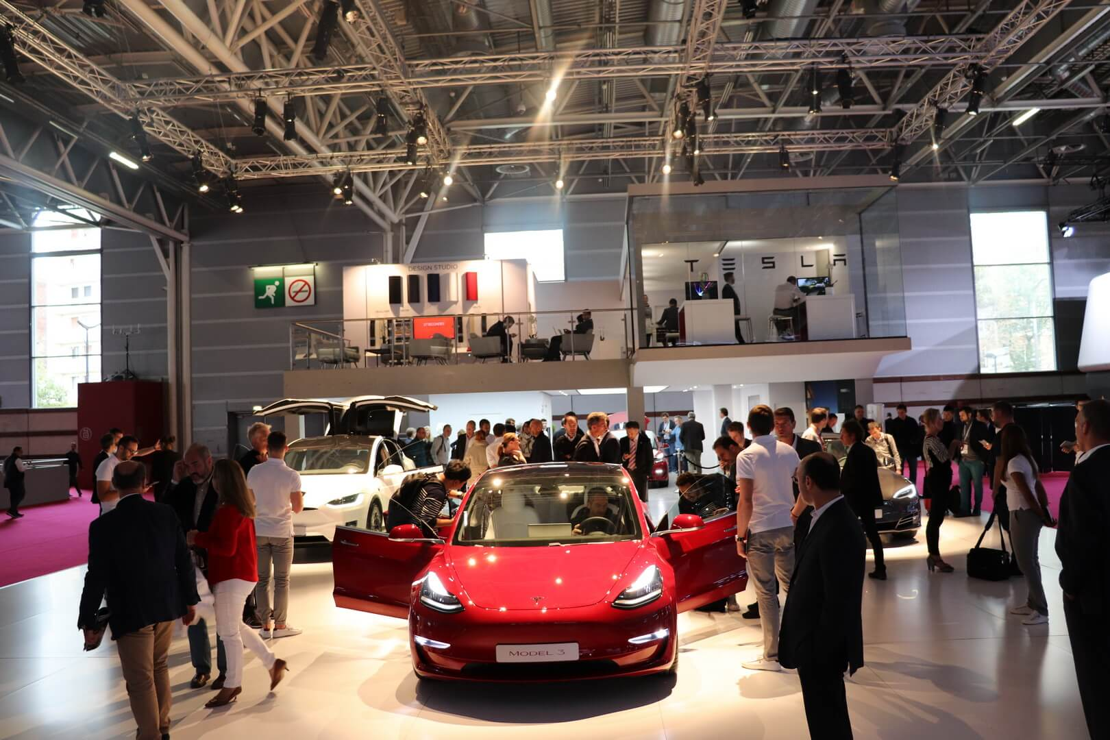 Tesla Model 3 наавтосалоне вПариже