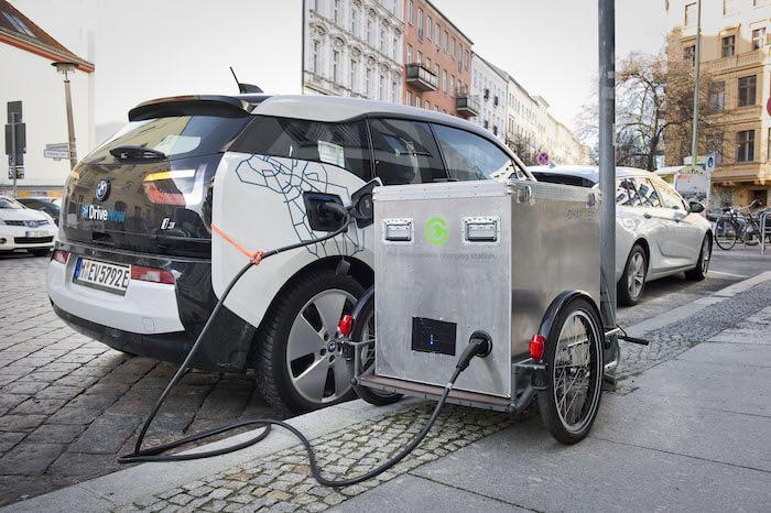Мобильное зарядное устройство для электромобилей навелосипедном прицепе
