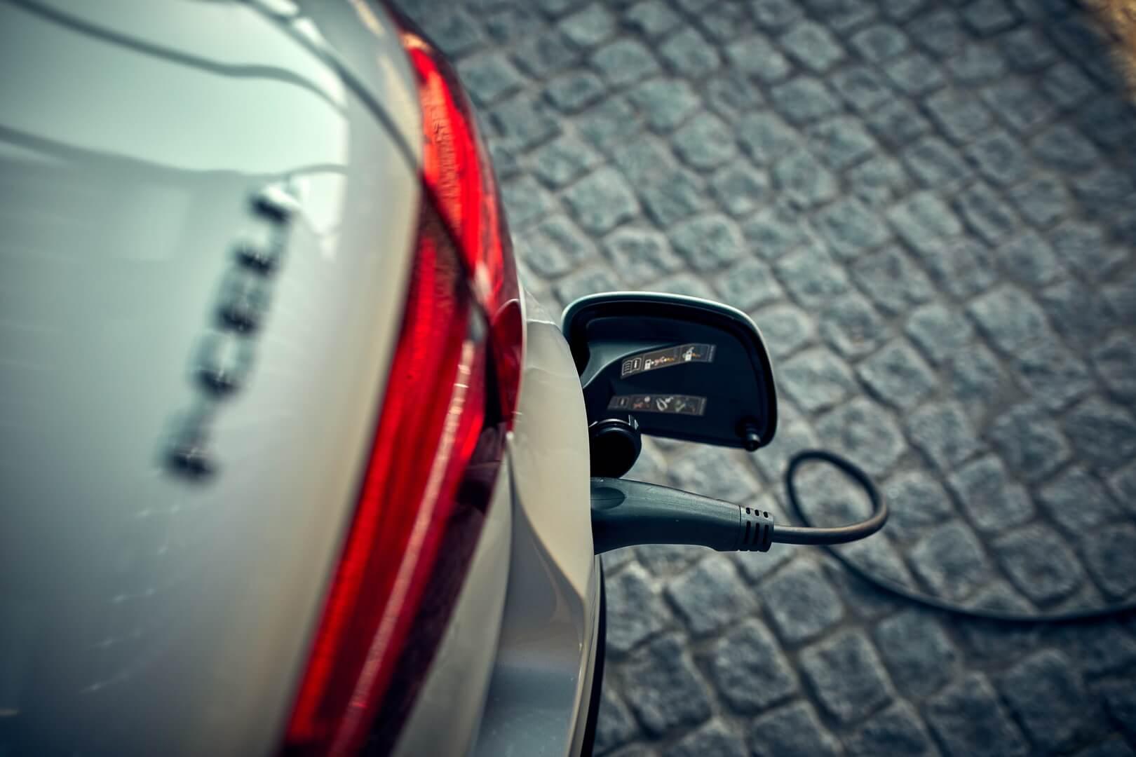Mercedes-Benz GLC F-Cell — это уникальный водородный электромобиль, который можно заряжать