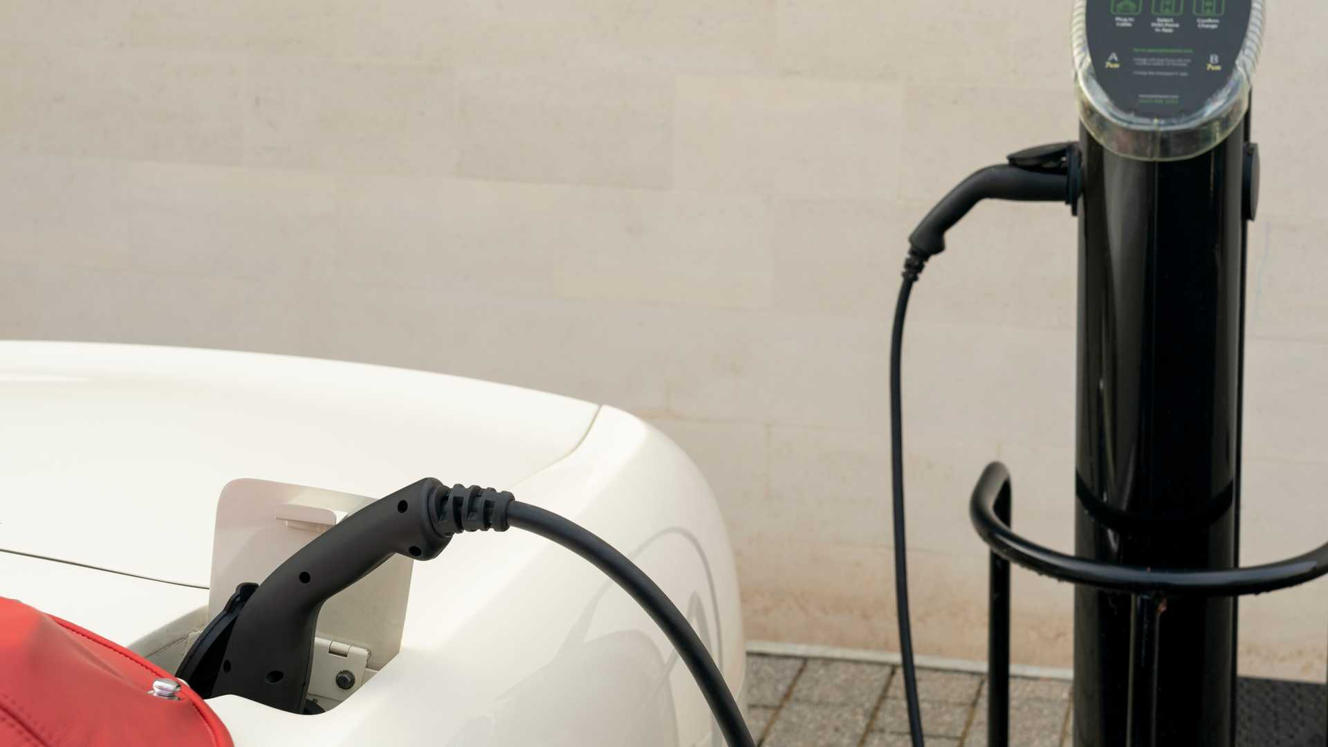 Порт зарядки Aston Martin DB6 MkII Volante
