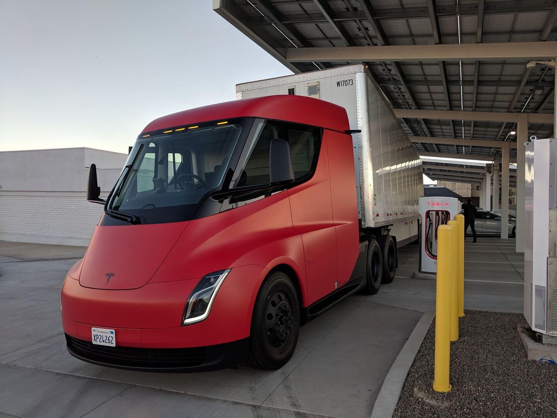 Электрический грузовик Tesla Semi в красном цвете