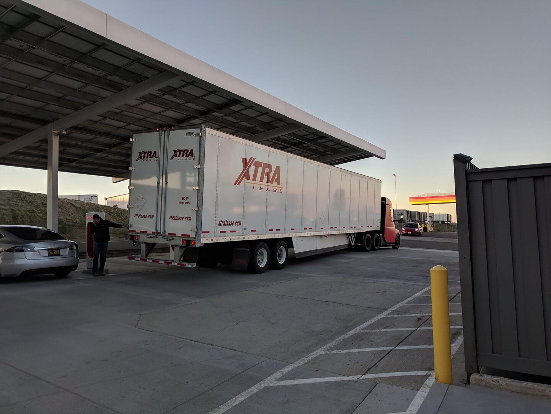 Tesla Semi вкрасном кузове проходит испытания вЛос-Анджелесе