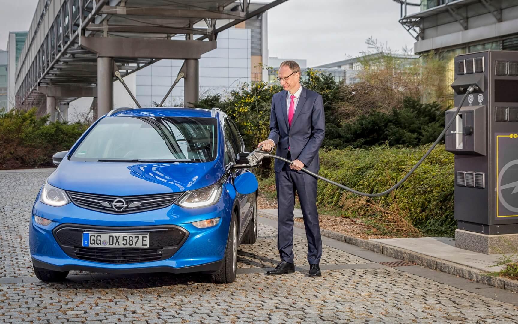 Подключение Opel Ampera-e к быстрой зарядной станции