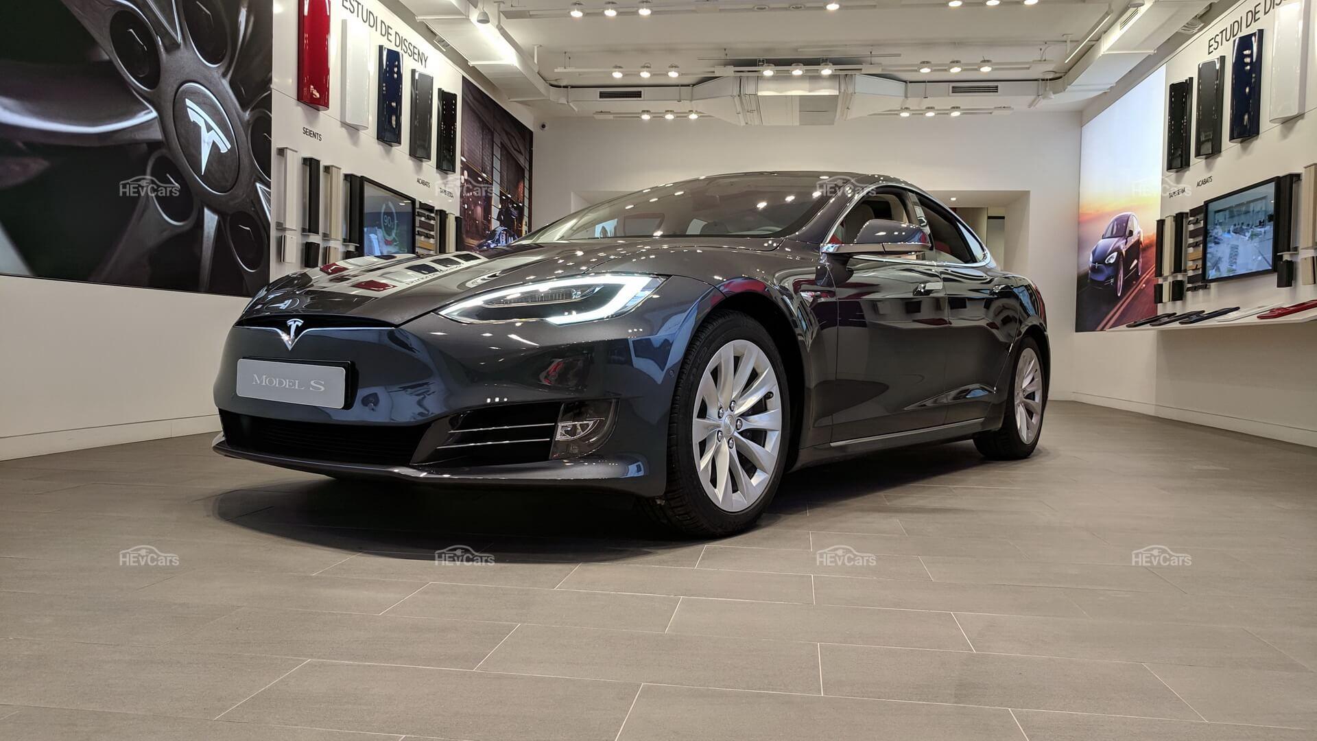 Электрический седан Tesla Model S