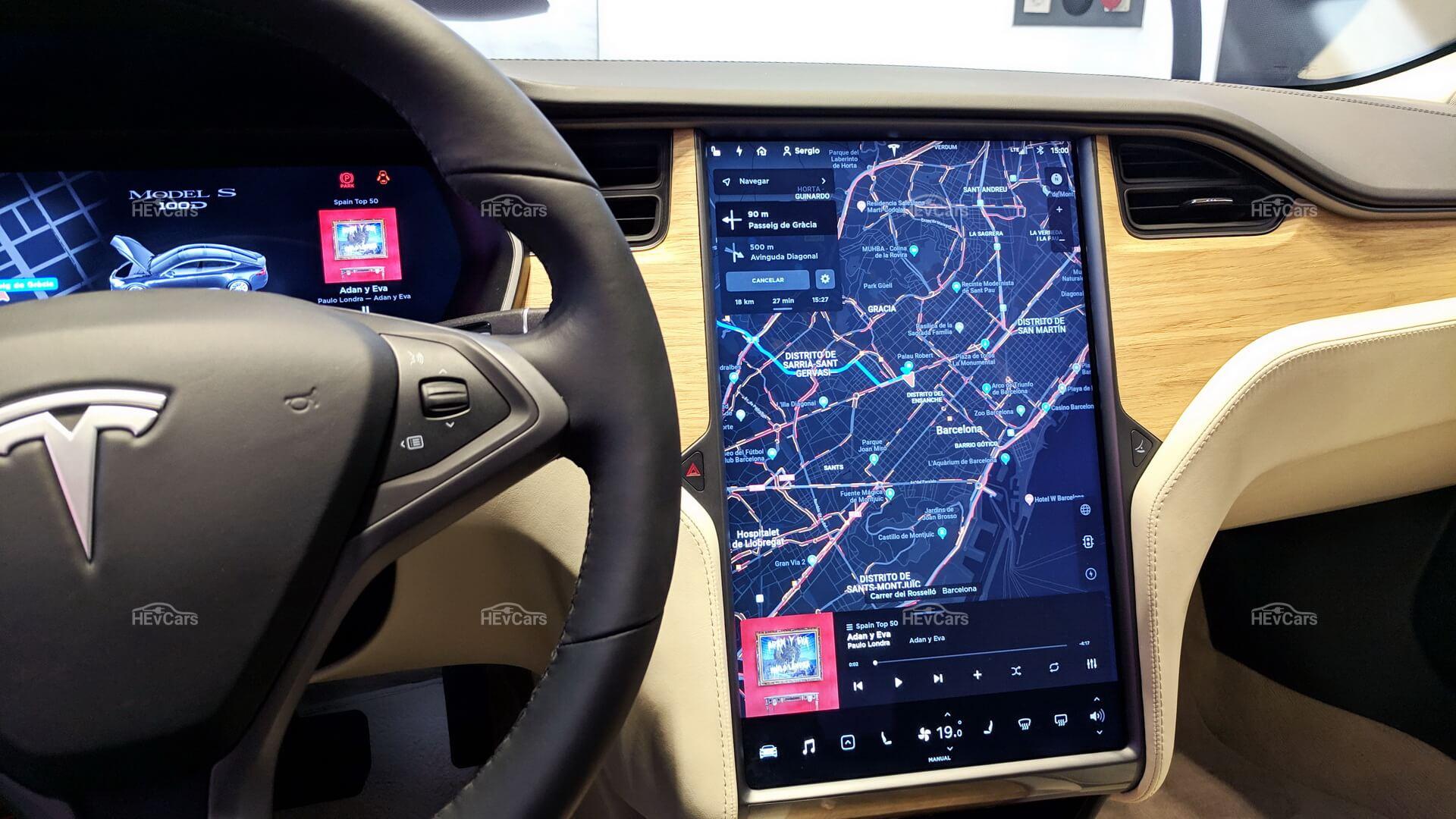 17-дюймовый информационно-развлекательный сенсорный экран в Tesla Model S