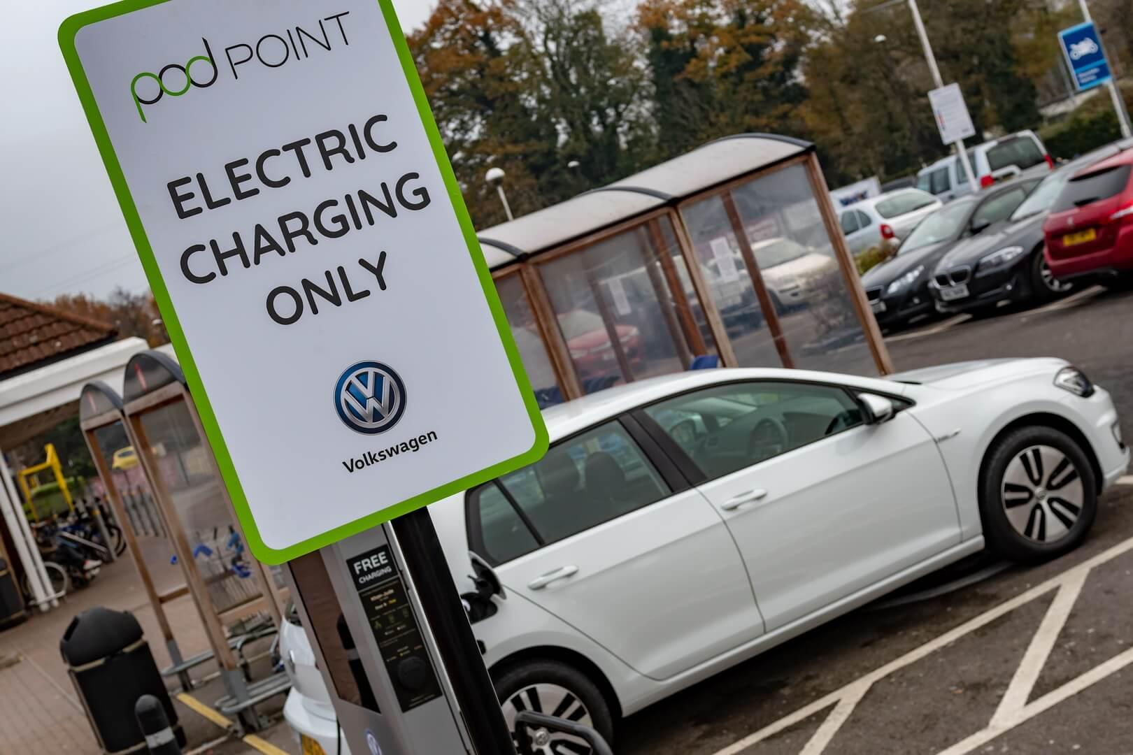 Место парковки и зарядки для электромобилей