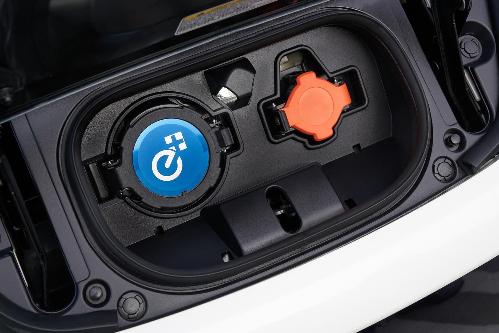 Порты зарядки Nissan Leaf 2019с логотипом «e+»